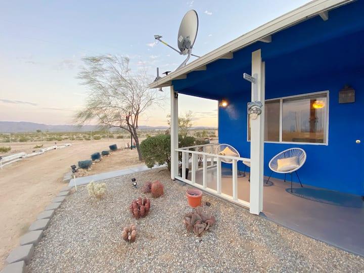 King's Comedy House, panoramic desert view & pool