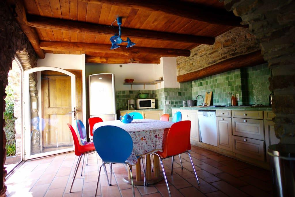 la cuisine juste à coté de la terrasse