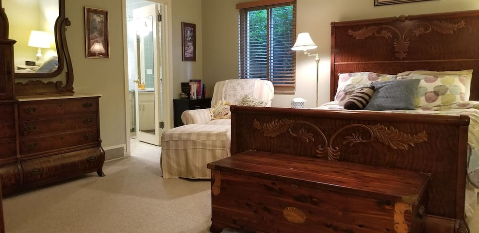 Private bed and bath in accessible West Akron home
