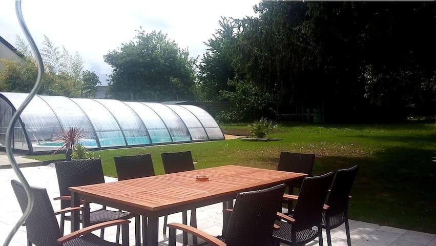Grande chambre, maison avec piscine et jardin - Le Coudray-Macouard