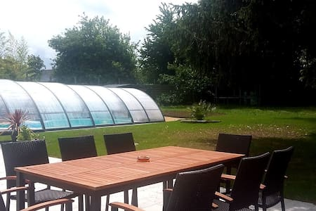 Grande chambre, maison avec piscine et jardin - Hus