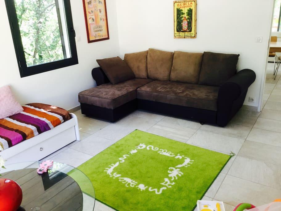 Chambre enfants avec un lit-banquette et un canapé convertible