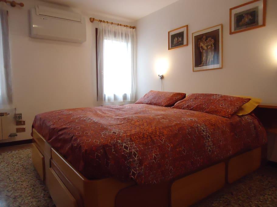 Camera da letto matrimoniale molto luminosa