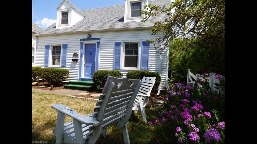 Cozy Cape Cod with Lake Views - Port Clinton