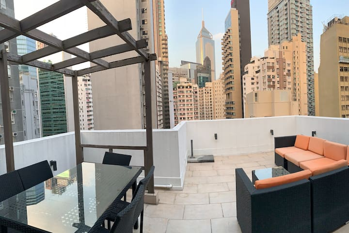 NEW Renovated Stylish Apt w/ private Rooftop & BBQ