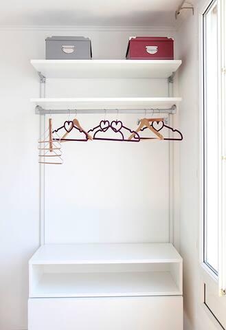 Penderie dans la chambre fournie de centres, boîtes de rangement, un tiroir et trois étagères