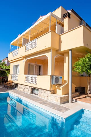 Apt for 2+1 persons with pool in Šilo R48436