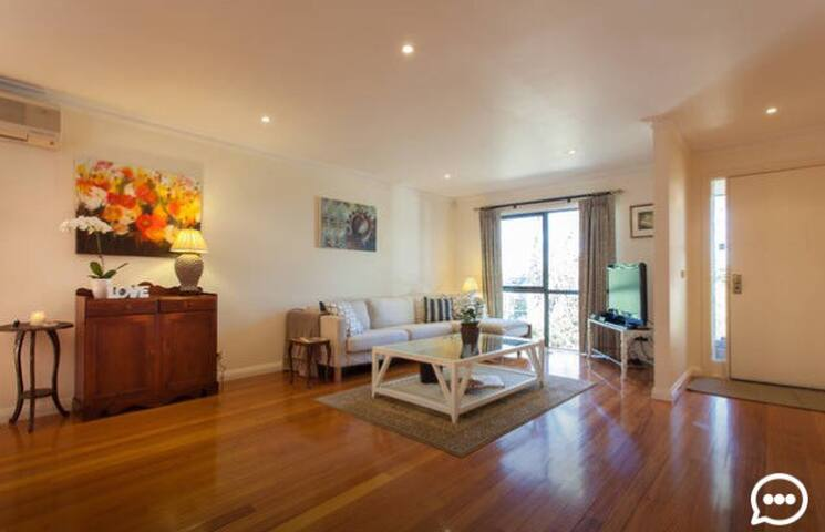 Close to Deakin, Holmsglen, Monash & Train & Bus - Ashwood - Townhouse