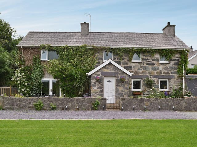 5* Holiday Cottage with Hot Tub close to Zip World - Bangor - House