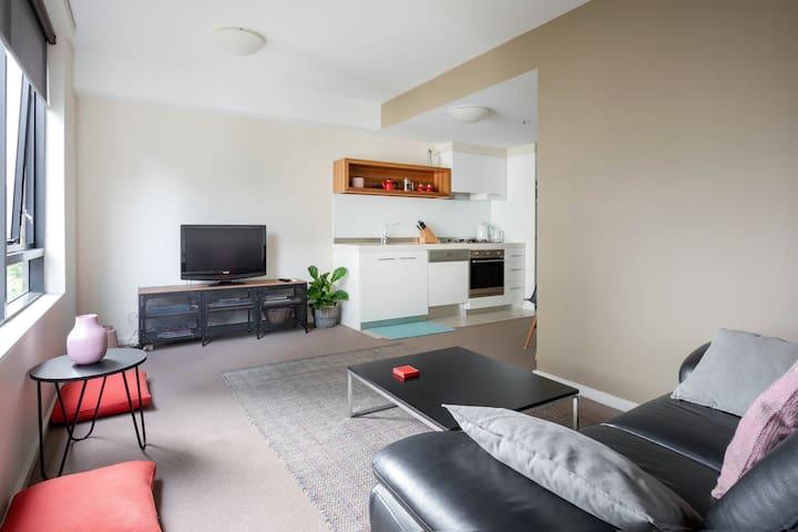 Modern 1BR City Apartment WiFi, pool, gym, parking