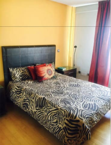 Dormitorio con cama de matrimonio con capacidad para 2 personas con armario. Baño compartido con la otra habitación.