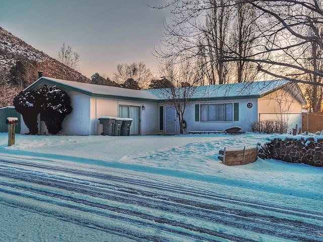 Wynn Dixie House - smart home, game room, yard!