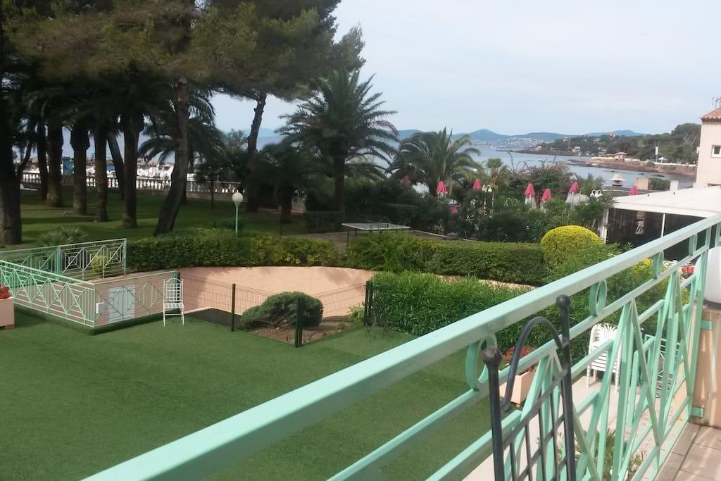 vue de la terrasse sur le parc et la mer