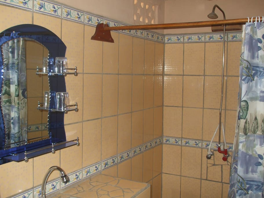 Comfort.House/rund /Badezimmer/warmwasserdusche