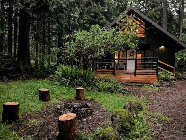 Charming Mt Hood Chalet in town. Woodsy feel.