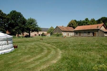 Yurt on a beautiful farm with pool - Saint-Maurice-la-Souterraine - Rundzelt