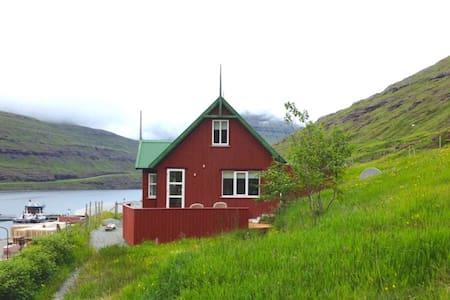 Við Ánna - Funningsfjørður - House
