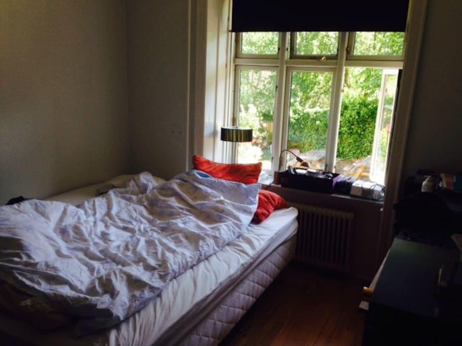 Sleepingroom with bed 210x180