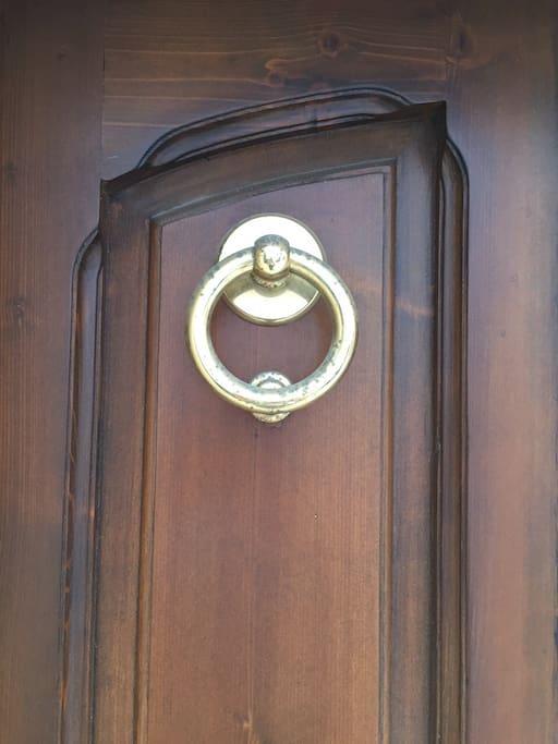 Particolare battente porta d'ingresso