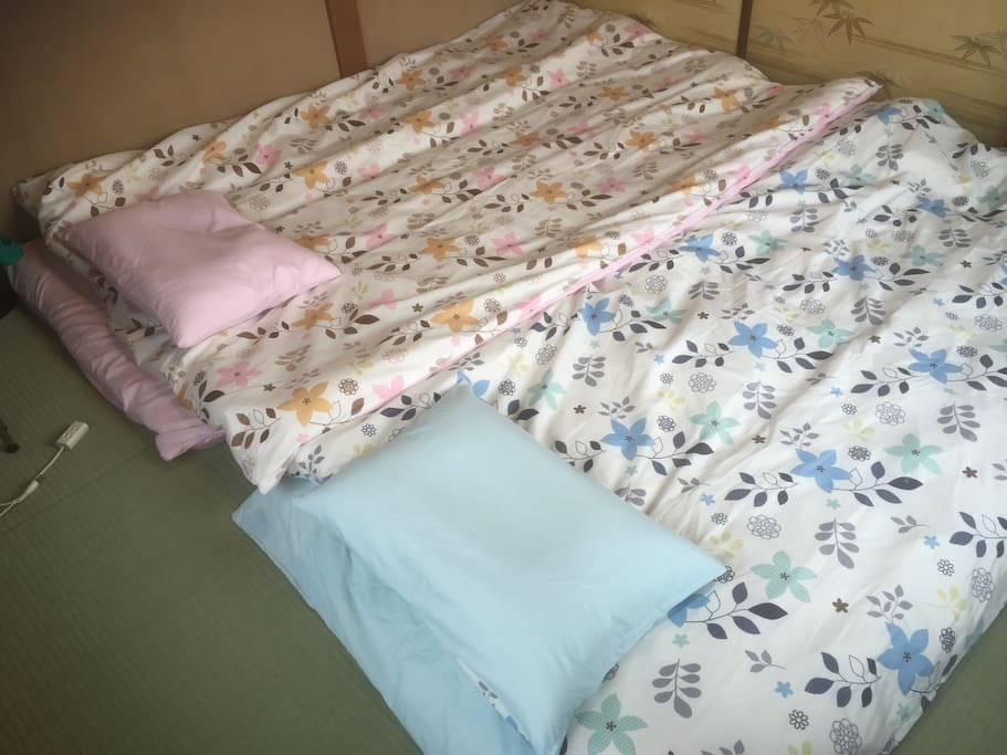 There is not much space available with both futons spread out.   在房間鋪兩套床被會變窄。  部屋に2組の布団を敷くとスペースがなくなります。