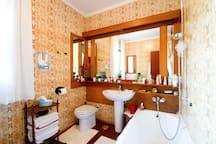 the big bathroom with the bathtub...