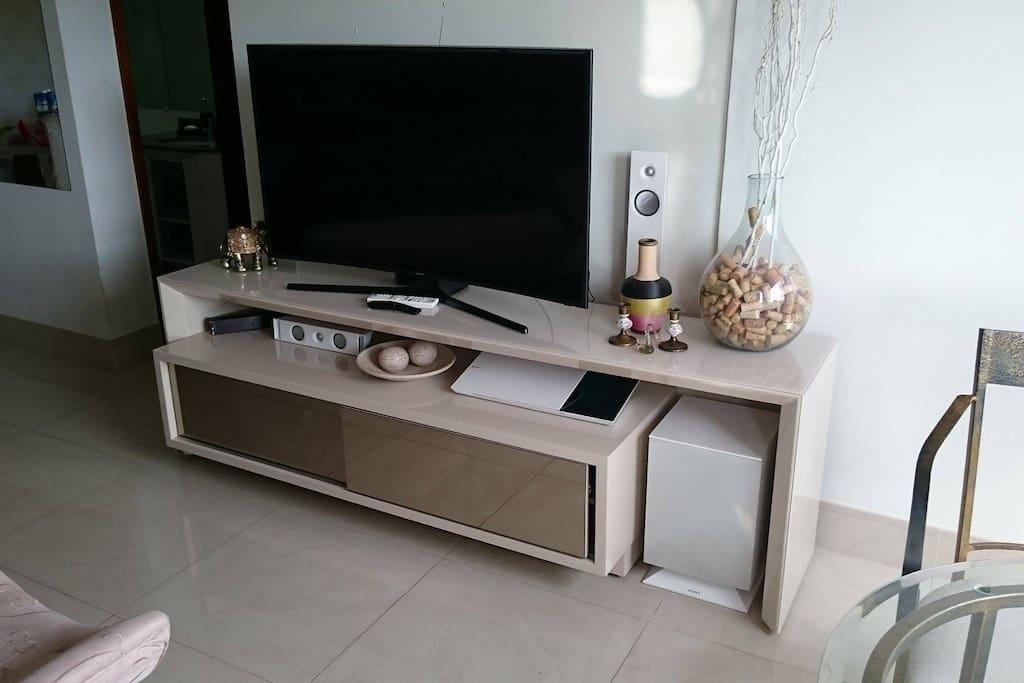 Sala de Televisão, com TV Curve 4k e Home Theather