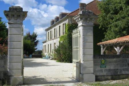 Chambre d'Hôtes DOMAINE de CHAUNAC - Chaunac - ที่พักพร้อมอาหารเช้า