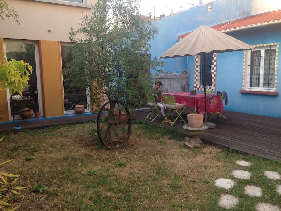 Un petit jardin avec terrasse en bois exotique