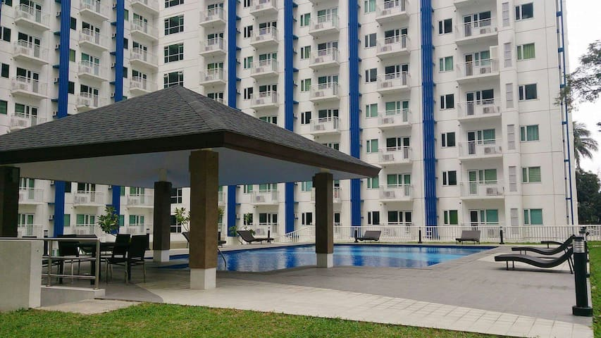 SM Condo w/ BALCONY, Wi-Fi and POOL - Quezon City - Appartement