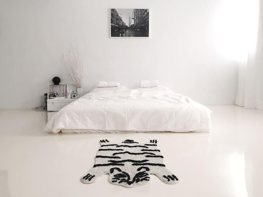陽光充足的白淨睡床