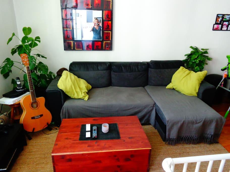 Salon avec canapé d'angle convertible très confortable