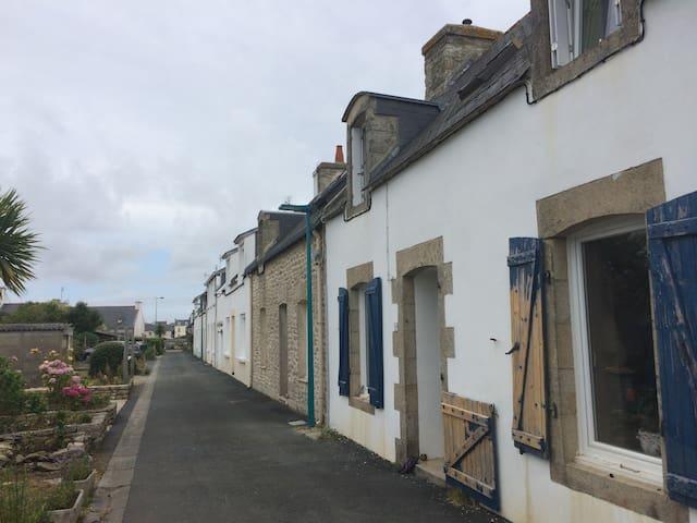 Maison bigoudène typique au port - Treffiagat - Huis