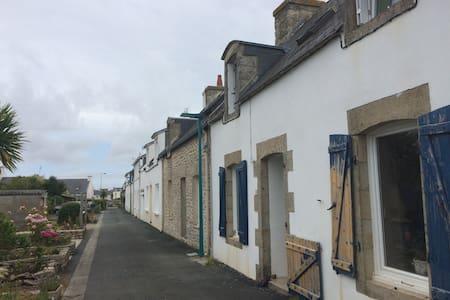Maison bigoudène typique au port - Treffiagat