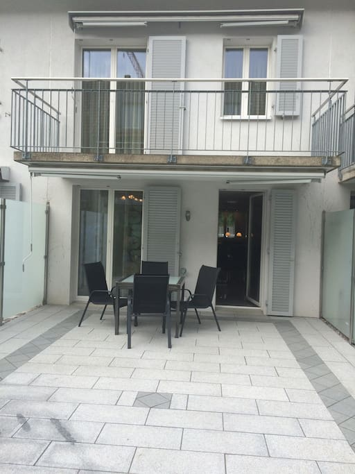 Modern townhouse with terrace maisons de ville louer for Salle a manger herta