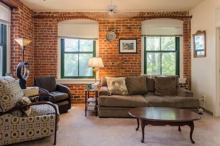 Canal Views in Shockoe Bottom - Apartment