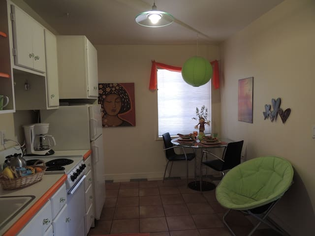 Kitchenette, fully equipped with table for two