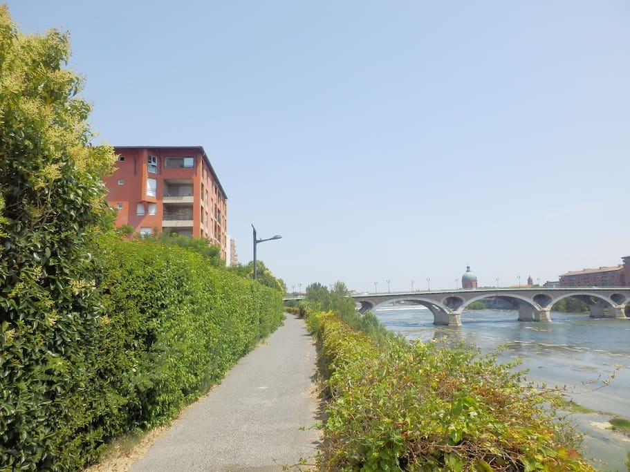 아파트와 강둑길