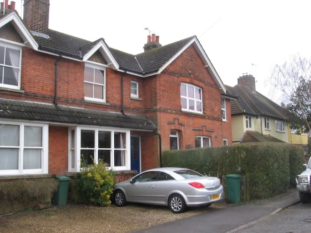 Quiet terraced house with garden - Merstham