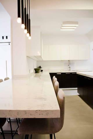Kitchen bar / dining area