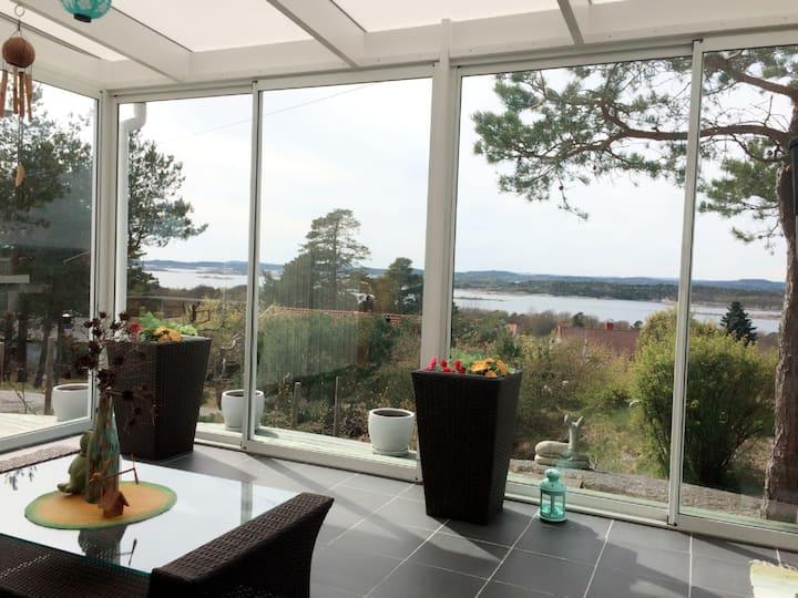 Solrik eiendom med sjøutsikt