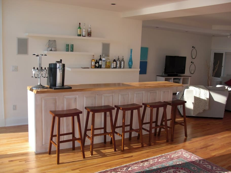 Wet bar and hangout area with 2 refrigerators