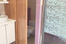 łazienka i wc oraz kabina prysznicowa