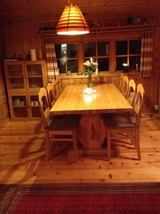 Matbord med plats för 8 personer