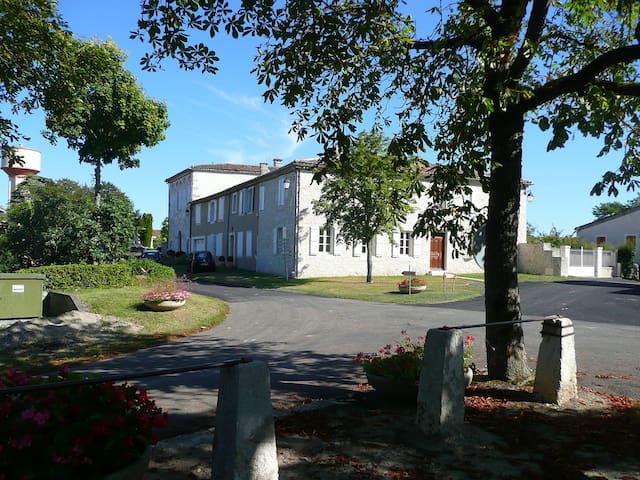 Gîte Saint-Roch, piscine couverte. - Tournecoupe - Dům