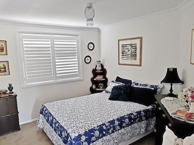 Convenient, Modern, Queen Room Accommodation - Bathurst - House