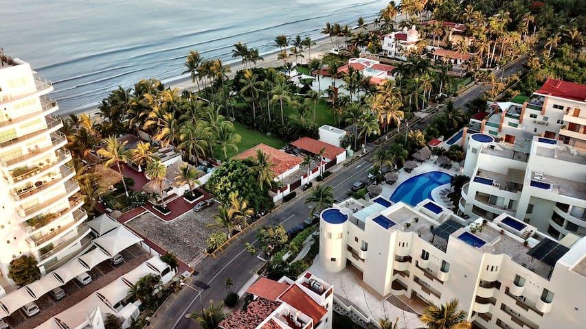 La Playa (La Arena Literal) esta a 50 mtrs de la puerta del Condominio