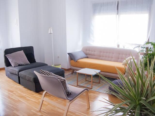 El salón, con sofá y chaise longe.