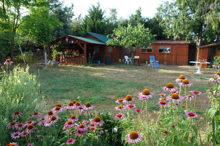 Cabane au fond du jardin en Berry