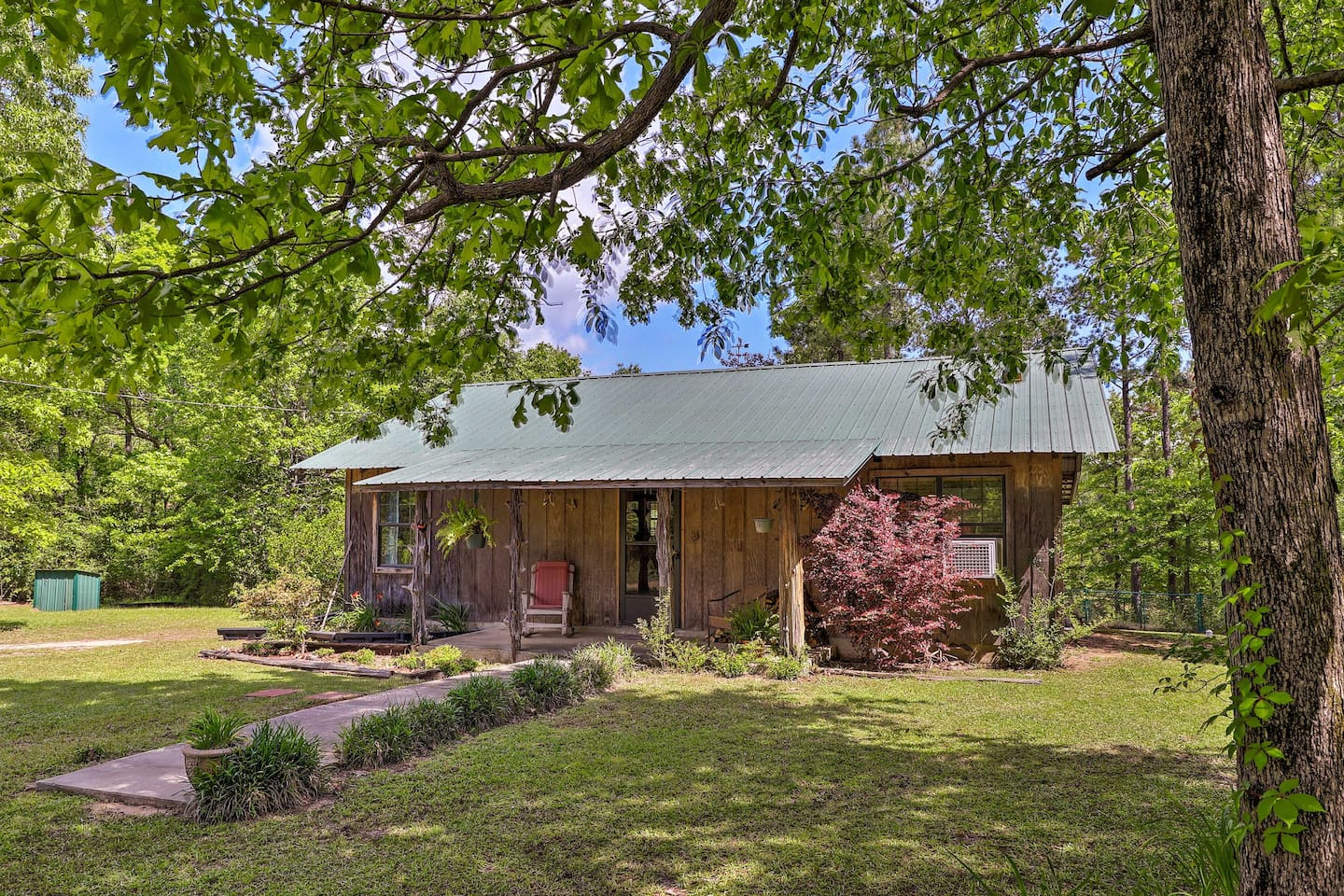 Pack your bags for a trip to this Wiggins vacation rental cabin!