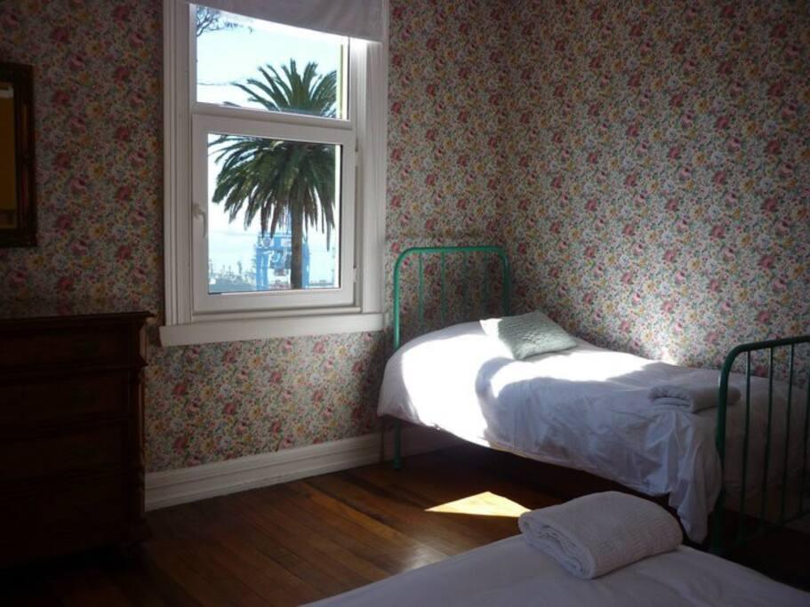 Habitación: 1 cama single y una matrimonial. Baño ensuite.